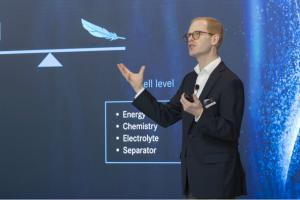 """""""A bateria de iões de lítio estará connosco nos próximos anos"""", Andreas Hintennach, Daimler"""